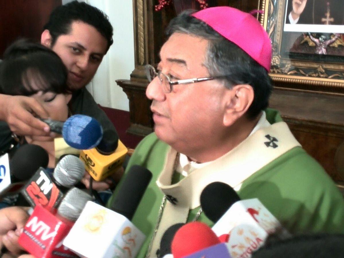 Óscar Julio Vian, ofrece declaraciones a la prensa luego de la misa dominical en la catedral metropolitana. (Foto Prensa Libre: Estuardo Paredes)