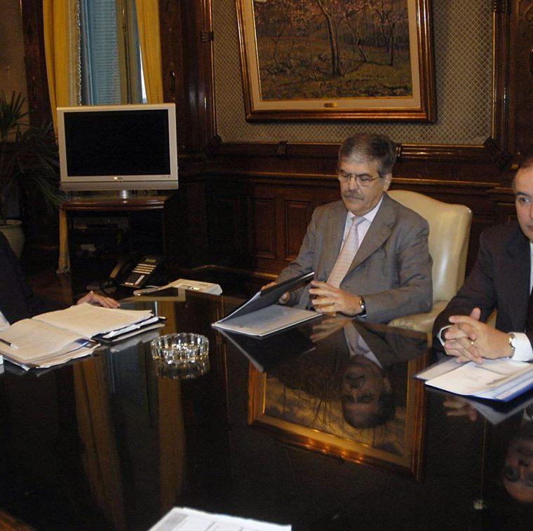 Néstor Kirchner (i) junto al entonces Ministro y Viceministro de Planificación Federal, Servicios e Inversión Pública Julio De Vido (c) y José López durante un encuentro en Buenos Aires.(AFP)