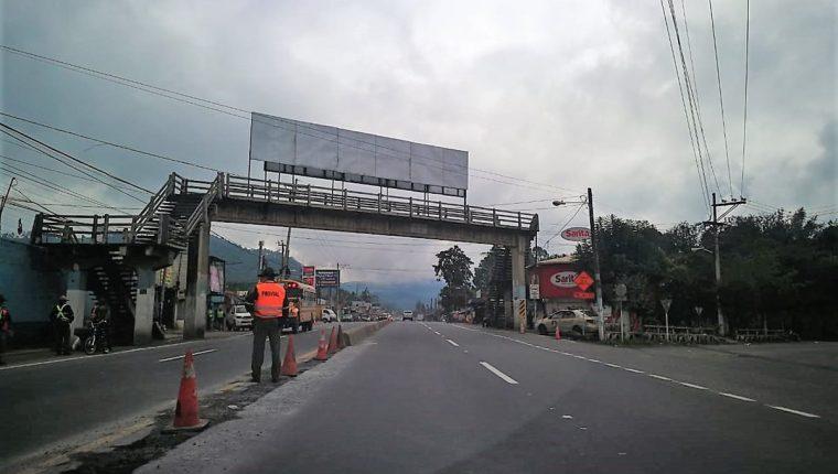 Personal de Provial coloca conos en el centro de la vía en el km 49 de la ruta Interamericana, El Tejar, Chimaltenango, para evitar hechos de tránsito. (Foto Prensa Libre: César Pérez)