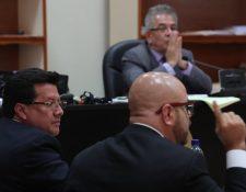 Douglas Charchal, exmagistrado de la CSJ -izquierda-, en audiencia ante el Juzgado de Mayor Riesgo B. (Foto Prensa Libre: Estuardo Paredes)