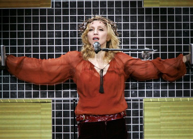 En el Confessions World Tour (2006) Madonna volvió a indignar a la jerarquía católica, quien llegó a pedir su excomunión. GETTY IMAGES