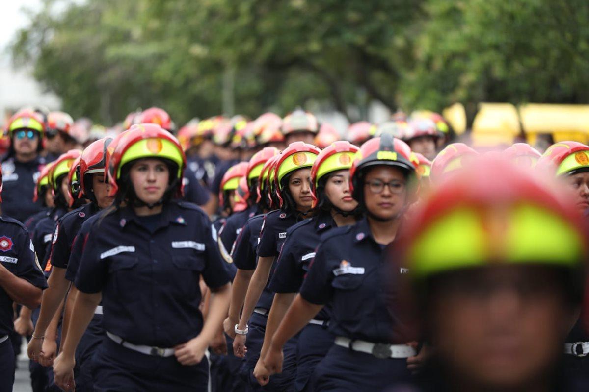 En las filas de los Bomberos Municipales hay mujeres rescatistas. (Foto Prensa Libre: Esbin García)