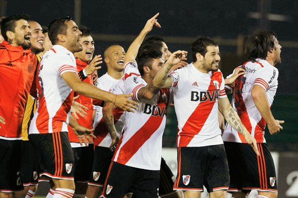 Jugadores de River Plate celebran su victoria hoy ante el Guaraní paraguayo. (Foto Prensa Libre: EFE).
