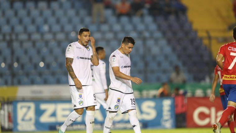 Los jugadores de Comunicaciones lamentaron el resultado. (Foto Prensa Libre: Francisco Sánchez)