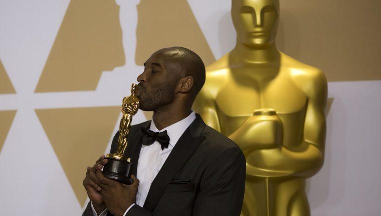 "Kobe Bryant posa con su premio a Mejor corto animado por ""Dear Basketball"". (Foto Prensa Libre: EFE)"