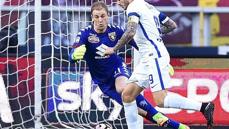 Joe Hart sale al encuentro de Mauricio Icardi durante el partido entre el Inter y el Torino. (Foto Prensa Libre: EFE)