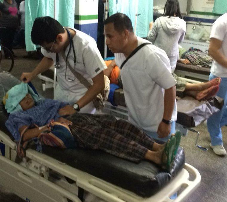 La mayoría de los agricultores caminó tres horas para recibir atención en el Hospital Regional de Cobán. (Foto Prensa Libre: Eduardo Sam).