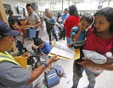 Información de familias inmigrantes es procesada en la estación central de autobuses en McAllen, Texas. (Foto de Prensa Libre:EFE)