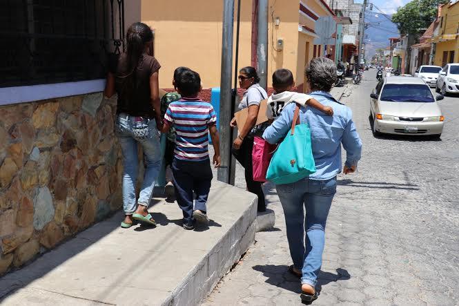 Personal de la PNC y Comisión de la Niñez y Adolescencia de Chiquimula trasladan a los niños que fueron rescatados recientemente a las oficinas de la PGN. (Foto Prensa Libre: Mario Morales)