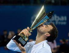Grigor Dimitrov besa la copa al coronarse en Sofía. (Foto Prensa Libre: AFP)