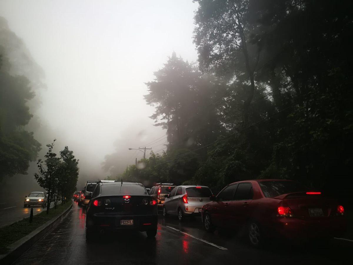 El descenso de San Lucas Sacatepéquez a San Cristóbal, Mixco, es complicado, debido a la lluvia y al cierre en el bulevar Sur. (Foto Prensa Libre: César Pérez Marroquín)