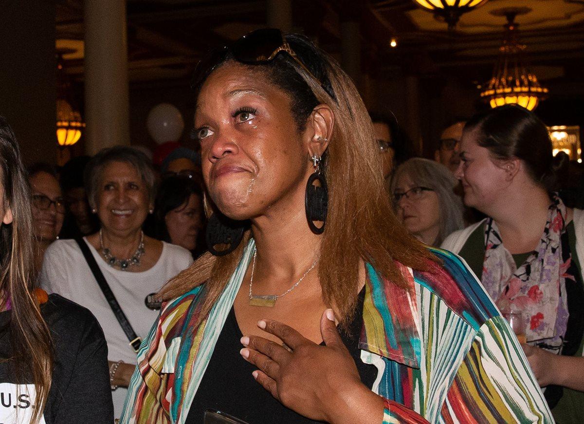 Una seguidora de Beto O'Rourke llora tras observar los primeros resultados.