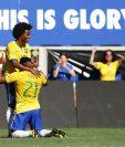Hulk y Willian celebran el gol de la victoria de Brasil. (Foto Prensa Libre: AP)