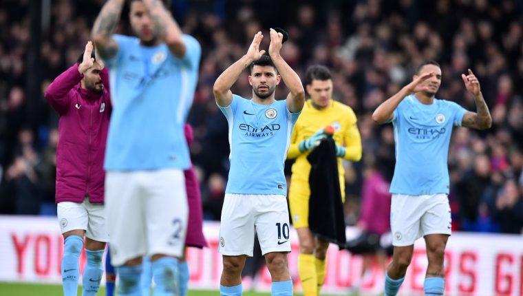Jugadores del Mánchester City agradecen al final del encuentro el apoyo de su afición. (Foto Prensa Libre: AFP)