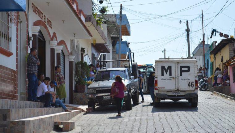 Fiscales del MP vigilan el área donde se ubica la pensión en la 7a calle entre 6a. y 7a. avenida zona 1 de Esquipulas. (Foto Prensa Libre: Mario Morales)
