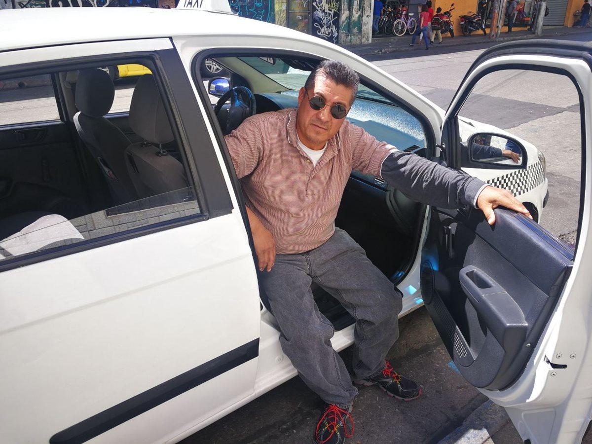 Gilberto Carrillo tiene 30 años de manejar taxi.(Foto Prensa Libre: José Patzán)