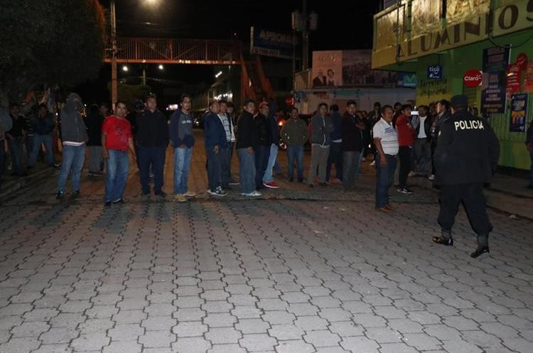 Taxistas se enfrentan en San Marcos. (Foto Prensa Libre: Whitmer Barrera)