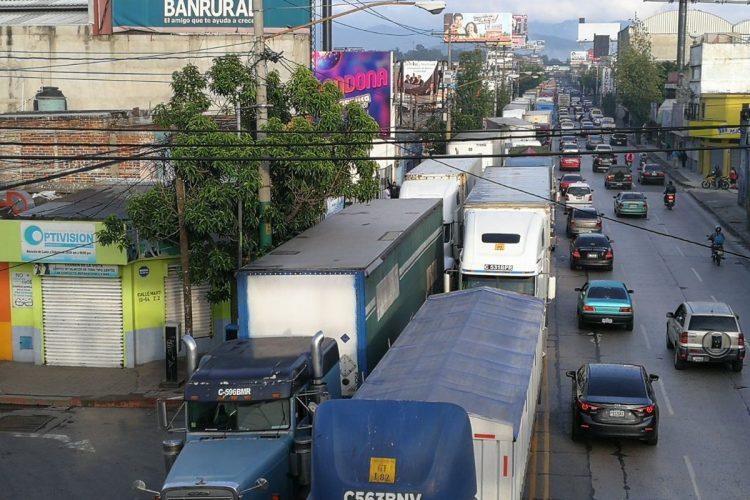 Por momentos el tráfico se detiene totalmente y esperan varios minutos para avanzar.