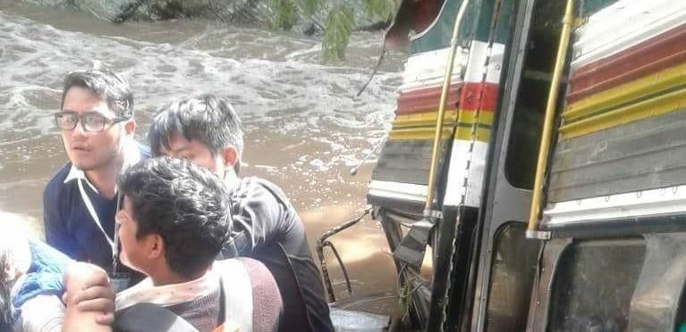 Al menos 20 personas resultaron heridas en el accidente de bus en San Miguel Ixtaguacán, San Marcos. (Fotos Cortesía CBMDEPTAL)