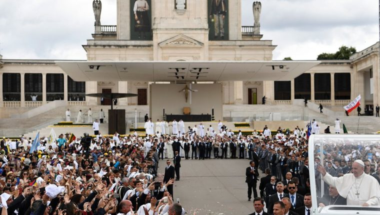 El Papa Francisco celebra el centenario de la aparición de la Virgen en Fátima. (Foto Prensa Libre: AFP)