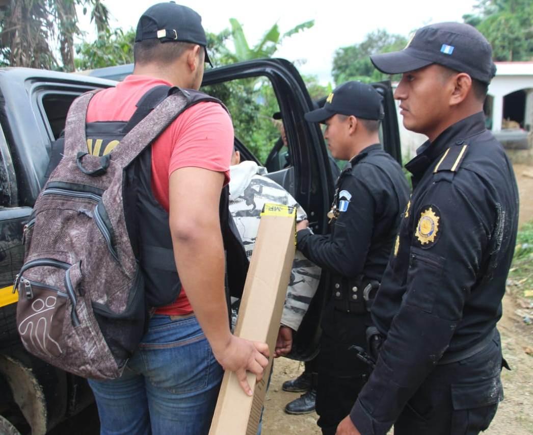 Agentes de la PNC trasladan a Silas Antonio Díaz Loyo al juzgado de turno. (Foto Prensa Libre: Mario Morales)