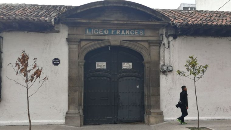 La puerta del inmueble donde hoy en día funciona el Liceo Francés es un ejemplo de las casas donde los ingresos se construyeron con mucha amplitud. (Foto Prensa Libre: Edwin Pitán)