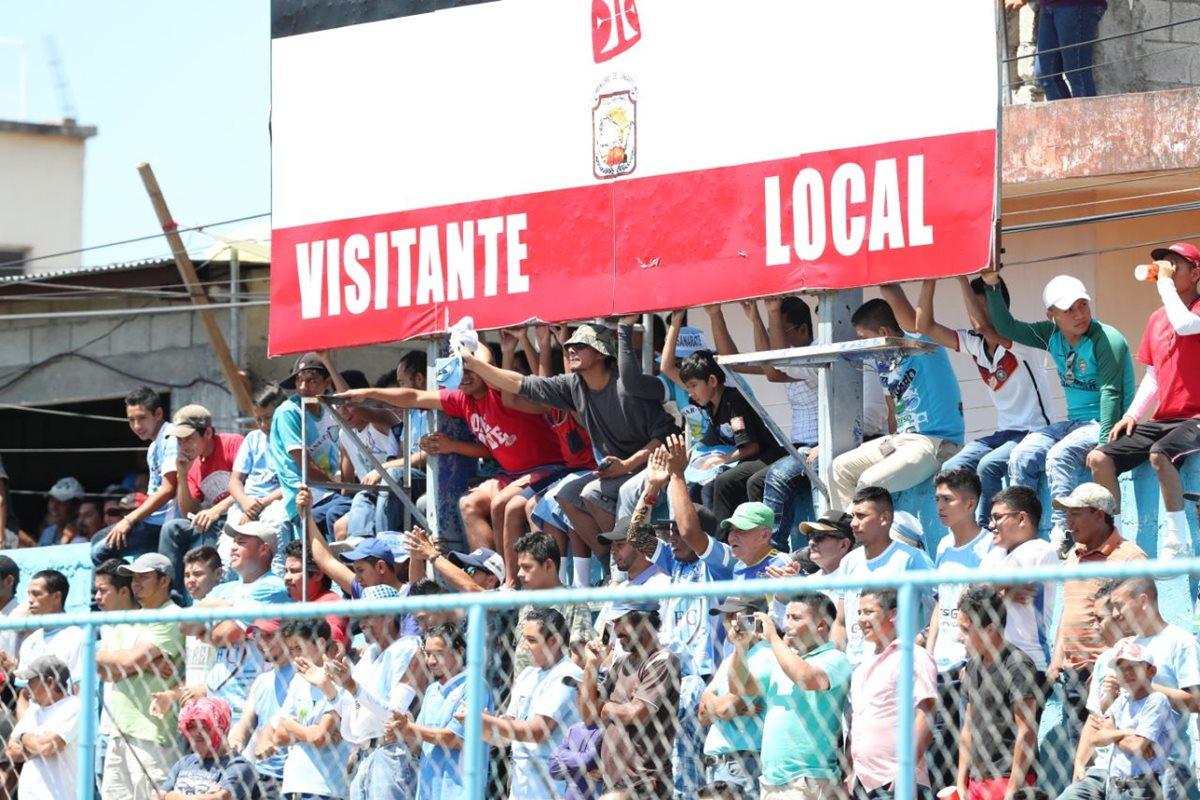 La afición de Sanarate asistió en buena cantidad al estadio Municipal pero se tuvo que conformar con un empate. (Foto Prensa Libre: Francisco Sánchez)