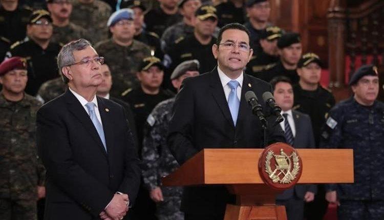El presidente Jimmy Morales, acompañado del vicepresidente Jafeth Cabrera, anuncia que no se renovará el mandato de la Cicig. (Foto Prensa Libre: Hemeroteca PL)