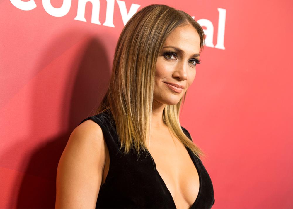 Jennifer López lució despampanante en una sesión de fotos para la revista de modas Harper's Bazaar. En esta, también reveló que ha sido víctima de acoso sexual. (Foto Prensa Libre: AFP).