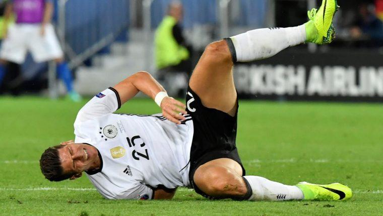 Mario Gomez sufrió un golpe fuerte durante el partido contra Italia. (Foto Prensa Libre: AFP)