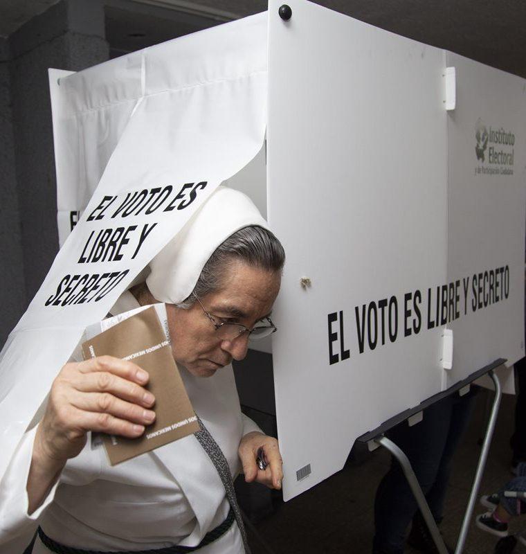 Una religiosa acude a votar durante los comicios de este domingo. (Foto Prensa Libre. EFE)