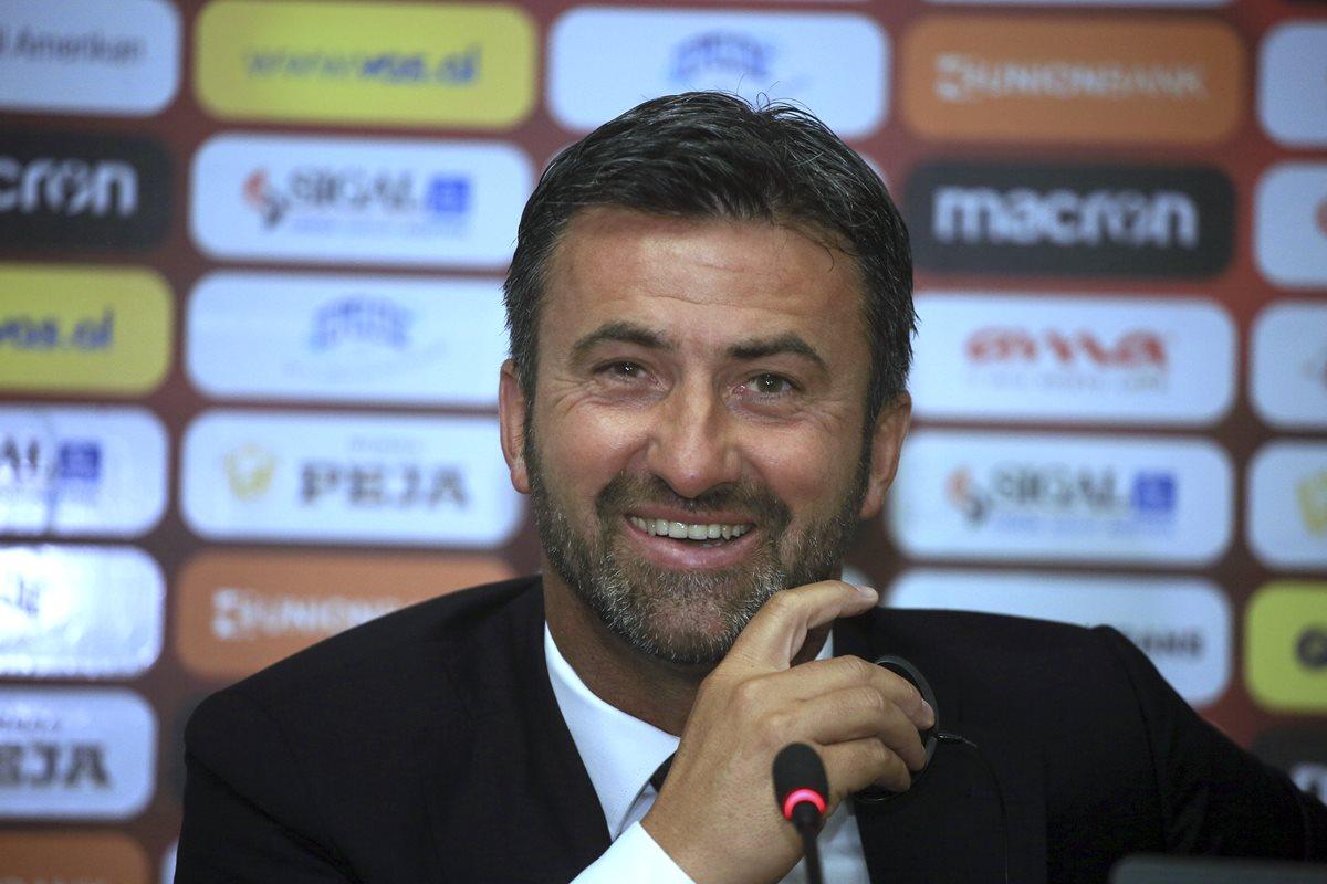 Christian Panucci se mostró muy feliz y emocionado en su presentación como seleccionador de Albania. (Foto Prensa Libre: AP)