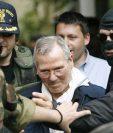 Bernardo Provenzano es escoltado por la policía después de ser detenido en Palermo.(AFP).