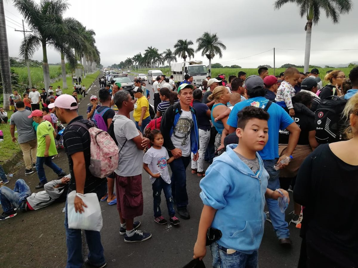 Los migrantes hondureños fueron bajados de los autobuses en los que viajaban, en el km 55 de la autopista Palín Escuintla. (Foto Prensa Libre: Carlos Paredes)