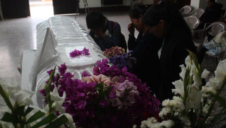 Familiares lamentan la muerte de Daily Anali frente a sus restos. La menor murió durante el incendio del Hogar Seguro Virgen de la Asunción, el pasado 8 de marzo. (Foto Prensa Libre: Mike Castillo)