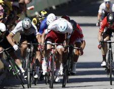 El momento en el que se cae Mark Cavendish, quien no encontró espacio para pasar entre Sagan y la valla de seguridad. EPA