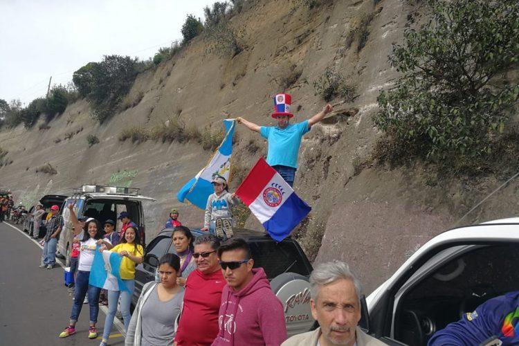 Los amantes al ciclismo aplauden el paso de la caravana. (Foto Prensa Libre: Norvin Mendoza).