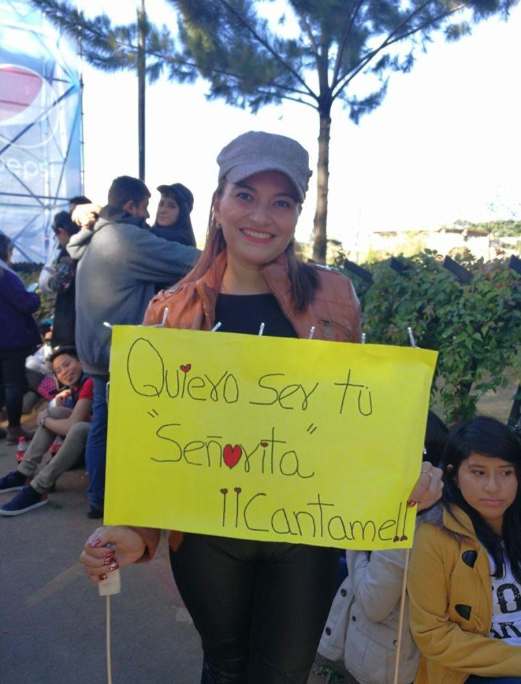 El objetivo era que Arjona viera el cartel y la subiera al escenario. (Foto Prensa Libre: Anna Lucía Ibarra).