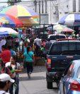 Algunas calles aledañas al mercado La Democracia, en la zona 3 de Xelajú, son cerradas por vendedores informales durante las fiestas de fin de año. (Foto Prensa Libre: Carlos Ventura)