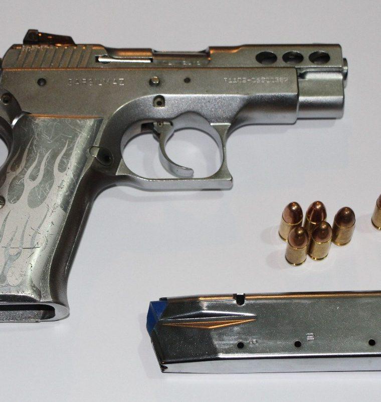 Esta fue el arma decomisada a los ahora detenidos, quienes no presentaron autorización para portarla. (Foto: Cortesía)