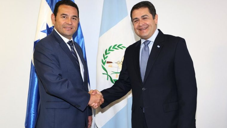 Jimmy Morales visitó este lunes al presidente de Honduras Juan Orlando Hernández, en una gira del presidente electo por la región. (Foto Prensa Libre: Agencia EFE)