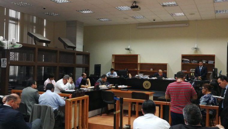 Sindicados en el caso Traficantes de Influencias escuchan resolución del juez Walter Villatoro. (Foto Prensa Libre: Manuel Hernández)