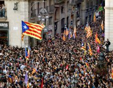 Unas seis mil personas, según la Guardia Urbana, manifestaron el viernes en la Plaza de Sant Jaume de Barcelona, ante la sede del gobierno catalán, para festejar que el Parlament declaró de forma unilateral la independencia de Cataluña. (Foto, Prensa Libre: Efe)