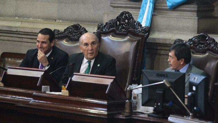 El presidente del Congreso, Mario Taracena, junto a los diputados Jean Paul Briere e Iván Arévalo. (Foto Prensa Libre: Hemeroteca PL)
