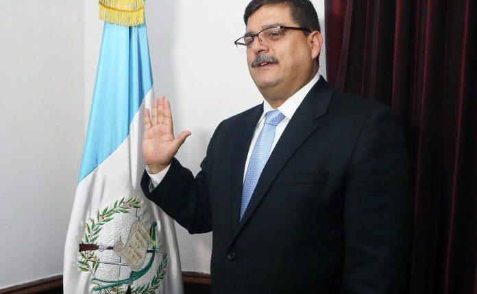 Enrique Godoy al ser juramentado. Foto Prensa Libre: AGN