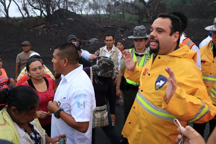Los protestantes encararon al ministro de Comunicaciones, José Luis Benito, y exigieron una respuesta por la falta de apoyo.