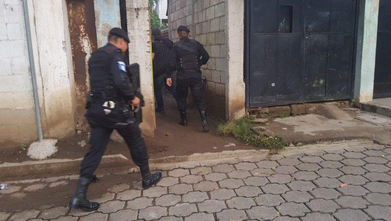 Agentes de la PNC durante uno de los operativos en la capital. (Foto Prensa Libre: Cortesía PNC)