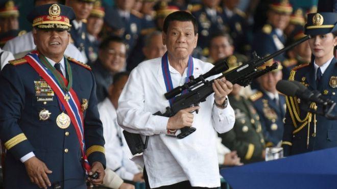 El presidente de Filipinas propone la creación de un grupo civil armado y anima las ejecuciones extrajudiciales. REUTERS