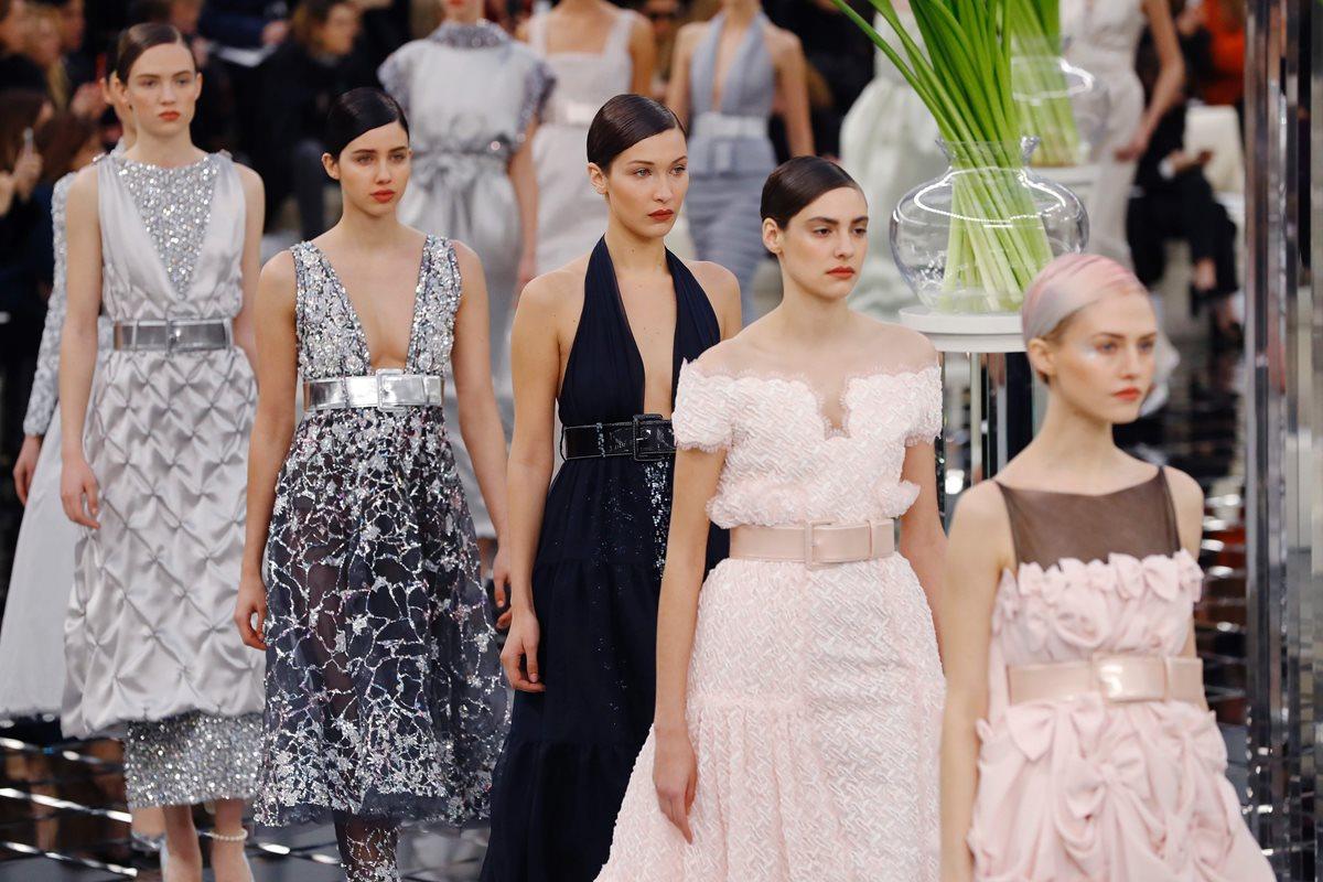 Nuevos creadores y exclusiva joyería deslumbran en el cierre de la Alta Costura en París