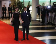 Samuel Etoo y su esposa Georgette asistieron el viernes recién pasado a la boda de Messi y Antonella. (Foto Prensa Libre: EFE)